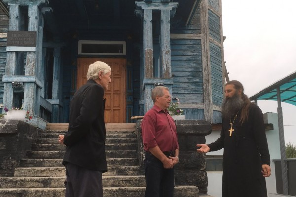 Отец Александр обсуждает восстановление храма со строителями-прихожанами